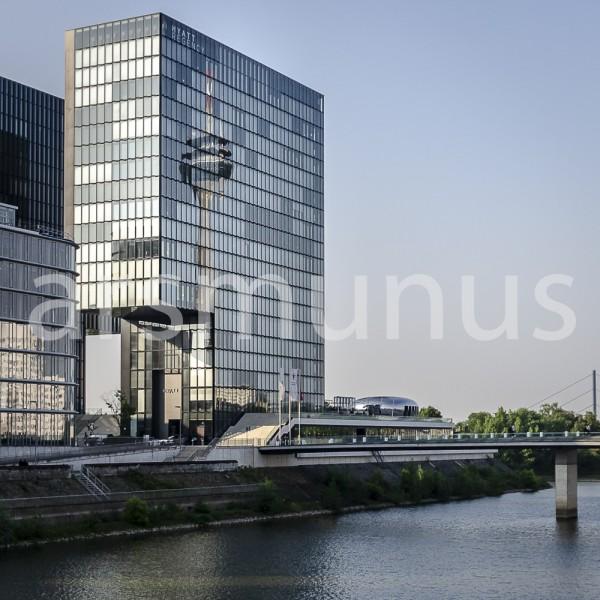 Im Glas des Hochhauses im Medienhafen spiegelt sich der Fernsehturm