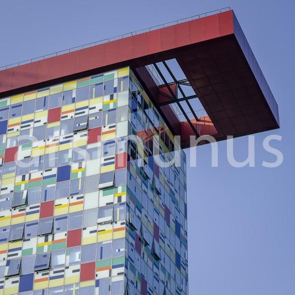 Hochhaus mit farbigen Fenstern