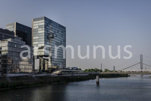 Blick auf Medienhafen mit Rhein und Rheinbrücke