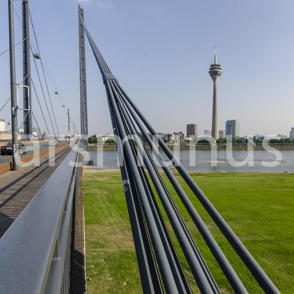 Blick von der Rheinbrücke auf den Fernsehturm Düsseldorf